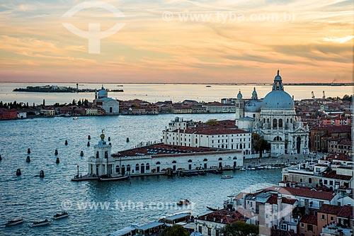 Vista geral do Museu Dogana da Mar e da Basilica di Santa Maria della Salute (Basílica de Santa Maria da Saúde) - 1681 - na Punta della Dogana (Ponta da Alfândega)  - Veneza - Província de Veneza - Itália