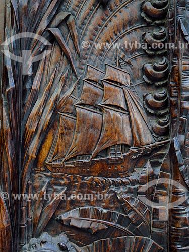 Detalhe de porta de jacarandá com entalhe em madeira  - Rio de Janeiro - Rio de Janeiro (RJ) - Brasil