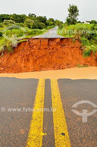 Cratera formada pela enchente na estrada Alberto Lahoz de Carvalho - Entre Catanduva e Novaes  - Catanduva - São Paulo (SP) - Brasil