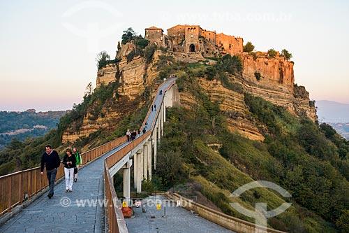 Passarela de acesso à Civita di Bagnoregio - antigo centro da cidade de Bagnoregio, praticamente abandonada por causa da erosão  - Bagnoregio - Província de Viterbo - Itália