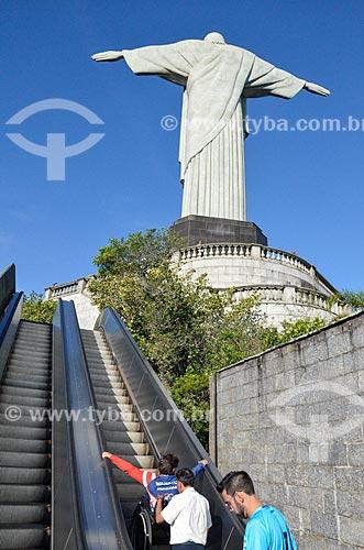 Pessoa com deficiência sendo transportada inadequadamente por escada rolante para acesso ao mirante do Cristo Redentor  - Rio de Janeiro - Rio de Janeiro (RJ) - Brasil
