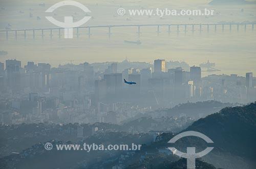 Avião sobrevoando o Rio de Janeiro com a Ponte Rio-Niterói ao fundo  - Rio de Janeiro - Rio de Janeiro (RJ) - Brasil