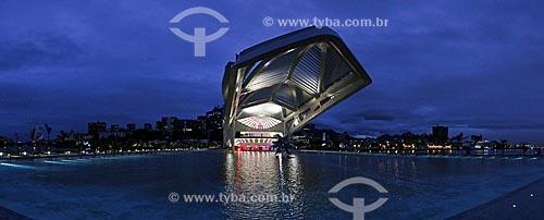 Escultura Diamante Estrela Semente de Frank Stella no espelho dágua do Museu do Amanhã com o Píer Mauá ao fundo  - Rio de Janeiro - Rio de Janeiro (RJ) - Brasil