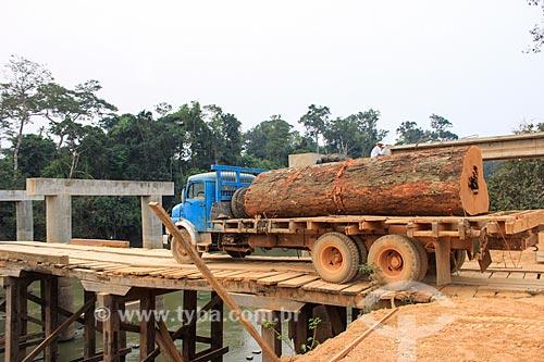 Transporte de madeira ilegal - tronco de faveiro-ferro (Dinizia excelsa Ducke)  - Machadinho dOeste - Rondônia (RO) - Brasil
