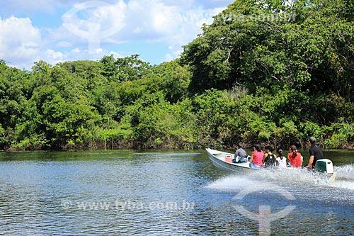 Lancha no canal entre o Rio Madeira e o Lago Cuniã  - Porto Velho - Rondônia (RO) - Brasil