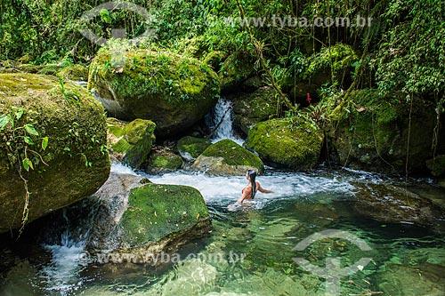 Mulher tomando banho no Rio Santo Antônio - a Área de Proteção Ambiental da Serrinha do Alambari  - Resende - Rio de Janeiro (RJ) - Brasil