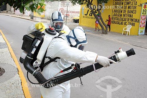 Funcionários da Prefeitura do Recife com equipamento UBV (Fumacê) portátil no combate ao mosquito Aedes aegypti  - Recife - Pernambuco (PE) - Brasil