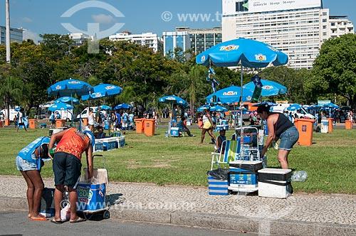 Comércio ambulante no Aterro do Flamengo - Desfile do Bloco Sargento Pimenta  - Rio de Janeiro - Rio de Janeiro (RJ) - Brasil