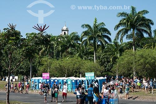 Banheiros químicos no Aterro do Flamengo durante o desfile do Bloco Sargento Pimenta com a Igreja de Nossa Senhora da Glória do Outeiro ao fundo  - Rio de Janeiro - Rio de Janeiro (RJ) - Brasil