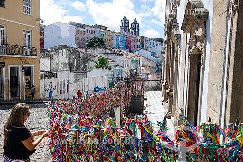 Fitinhas coloridas na entrada da Igreja de Nossa Senhora do Rosário dos Pretos (século XVIII)  - Salvador - Bahia (BA) - Brasil