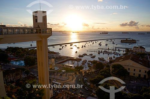 Pôr do sol no Elevador Lacerda (1873) com a Baía de Todos os Santos ao fundo  - Salvador - Bahia (BA) - Brasil