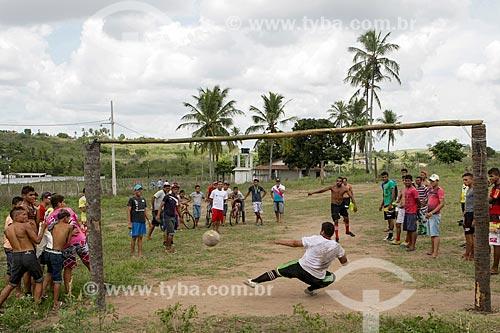 Homens jogando futebol na comunidade Barra das Antas  - Sapé - Paraíba (PB) - Brasil