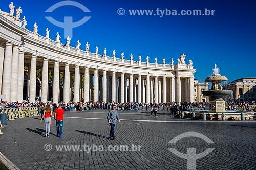 Turistas na Piazza San Pietro (Praça de São Pedro)  - Cidade do Vaticano - Província de Roma - Itália