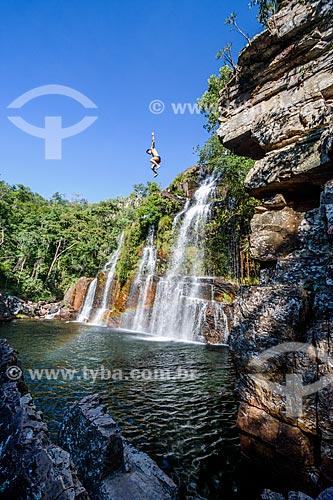 Homem saltando da Cachoeira Almécegas I no Parque Nacional da Chapada dos Veadeiros  - Alto Paraíso de Goiás - Goiás (GO) - Brasil