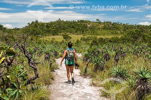 Mulher na trilha para o Mirante da Janela no Parque Nacional da Chapada dos Veadeiros  - Alto Paraíso de Goiás - Goiás (GO) - Brasil