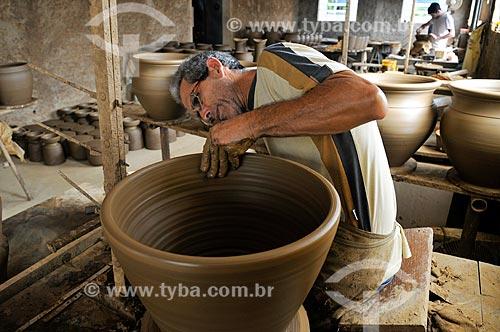 Artesão Nedson José Romão Correa moldando um vaso  - Barra Bonita - São Paulo (SP) - Brasil
