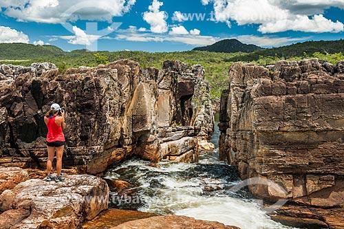 Turista fotografando a paisagem a partir do Cânion 2 no Parque Nacional da Chapada dos Veadeiros  - Alto Paraíso de Goiás - Goiás (GO) - Brasil
