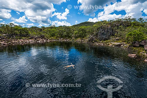 Mulher nadando no Rio Negro próximo ao Cânion 2 no Parque Nacional da Chapada dos Veadeiros  - Alto Paraíso de Goiás - Goiás (GO) - Brasil