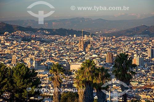 Vista geral da cidade de Barcelona com a Basílica i Temple Expiatori de la Sagrada Família (Templo Expiatório da Sagrada Família) - 1882  - Barcelona - Província de Barcelona - Espanha