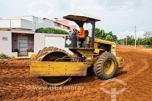 Rolo compactador em canteiro de obras para instalação de saneamento e pavimentação de rua na quadra 307 Sul  - Palmas - Tocantins (TO) - Brasil