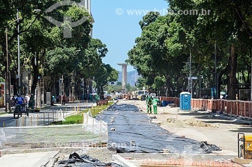 Obras para implantação do VLT (Veículo Leve Sobre Trilhos) na Avenida Rio Branco com o Monumento aos Mortos da Segunda Guerra Mundial - Monumento aos Pracinhas ao fundo  - Rio de Janeiro - Rio de Janeiro (RJ) - Brasil