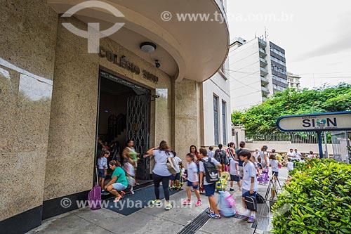 Alunos na entrada do Colégio Sion  - Rio de Janeiro - Rio de Janeiro (RJ) - Brasil