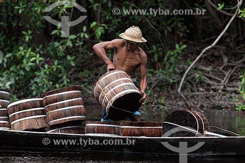 Transporte de piaçava (Attalea funifera) pelo Rio Negro  - Barcelos - Amazonas (AM) - Brasil