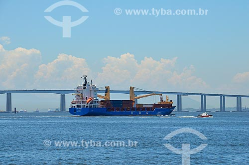 Navio cargueiro na Baía de Guanabara com a Ponte Rio-Niterói ao fundo  - Rio de Janeiro - Rio de Janeiro (RJ) - Brasil