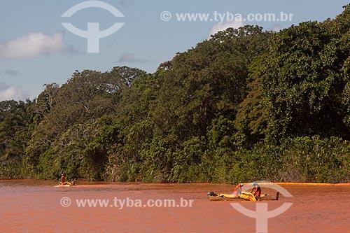 Lancha e barreiras de contenção na foz do Rio Doce para evitar que a lama dos rejeitos do rompimento da barragem da Mineradora Samarco chegue às ilhas e áreas mais baixas do estuário  - Linhares - Espírito Santo (ES) - Brasil