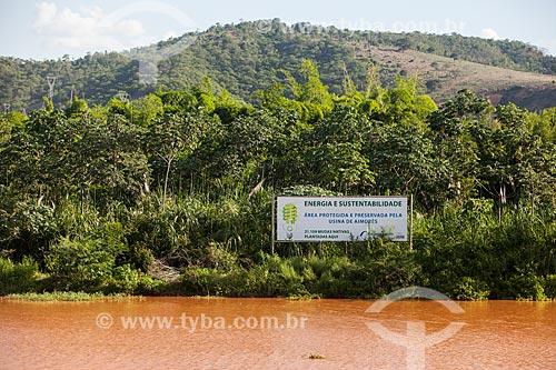 Placa indicando área de proteção ambiental da Usina Hidrelétrica de Aimorés às margens do Rio Doce após o rompimento de barragem de rejeitos de mineração da empresa Samarco  - Linhares - Espírito Santo (ES) - Brasil