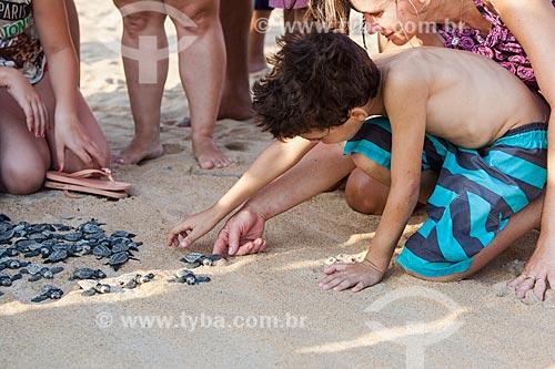 Filhote de tartaruga marinha transportada por voluntários do Projeto TAMAR para área longe da lama após rompimento da barragem de rejeitos de mineração da empresa Samarco em Mariana (MG)  - Linhares - Espírito Santo (ES) - Brasil