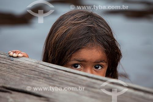 Menina em comunidade ribeirinha  - Barcelos - Amazonas (AM) - Brasil
