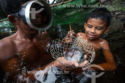 Detalhe de ribeirinhos pescando Acará-Disco Hekel (Symphysodon discus) no Rio Negro  - Barcelos - Amazonas (AM) - Brasil