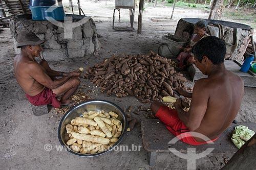 Ribeirinhos descascando mandioca em comunidade ribeirinha  - Barcelos - Amazonas (AM) - Brasil