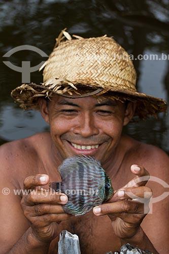 Ribeirinho pescando Acará-Disco Hekel (Symphysodon discus) no Rio Negro  - Barcelos - Amazonas (AM) - Brasil