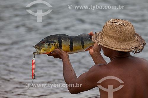 Ribeirinho pescando Tucunaré (Cichla ocellaris) no Rio Negro  - Barcelos - Amazonas (AM) - Brasil