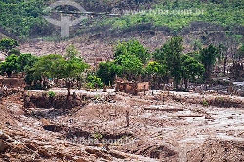 Ruínas de casas do distrito de Bento Rodrigues após o rompimento de barragem de rejeitos de mineração da empresa Samarco em Mariana (MG)  - Mariana - Minas Gerais (MG) - Brasil
