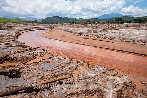 Rio Gualaxo do Norte no distrito de Bento Rodrigues após o rompimento de barragem de rejeitos de mineração da empresa Samarco em Mariana (MG)  - Mariana - Minas Gerais (MG) - Brasil