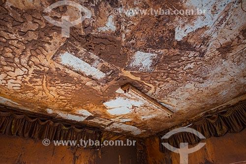 Teto de escola soterrada pela lama no distrito de Paracatu de Baixo após o rompimento de barragem de rejeitos de mineração da empresa Samarco em Mariana (MG)  - Mariana - Minas Gerais (MG) - Brasil