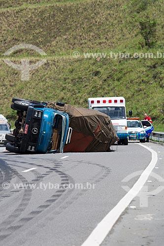 Ambulância e viatura da polícia no local do tombamento de caminhão próximo ao km 783 da Rodovia BR-040 (Rodovia Presidente Juscelino Kubitschek)  - Minas Gerais (MG) - Brasil