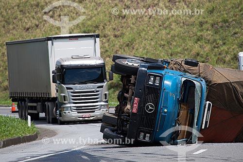 Tombamento de caminhão próximo ao km 783 da Rodovia BR-040 (Rodovia Presidente Juscelino Kubitschek) - sentido Rio de Janeiro-Belo Horizonte  - Minas Gerais (MG) - Brasil