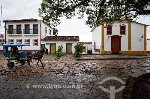 Carroça no Largo das Forras com a Capela do Senhor Bom Jesus da Pobreza (1771) à direita  - Tiradentes - Minas Gerais (MG) - Brasil