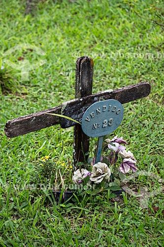 Túmulo no cemitério da Igreja de Nossa Senhora das Mercês (século XVIII) com placa que diz: vendido nº 23  - Tiradentes - Minas Gerais (MG) - Brasil