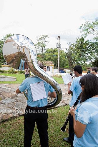 Sousafone em banda marcial tocando durante a Procissão da Rasoura - em volta da Igreja de Nossa Senhora das Mercês (século XVIII) - festividade de Bom Jesus dos Passos  - Tiradentes - Minas Gerais (MG) - Brasil