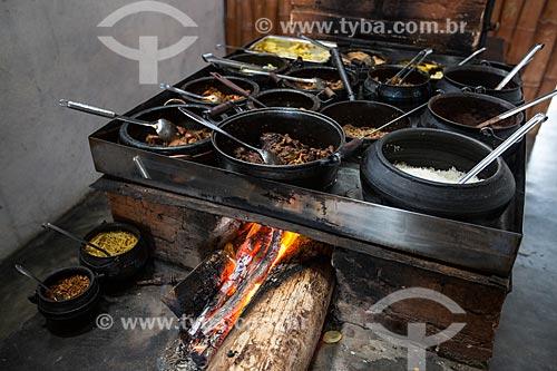 Comida típica mineira em fogão à lenha e panela de barro - Restaurante Sabor Real  - Resende Costa - Minas Gerais (MG) - Brasil