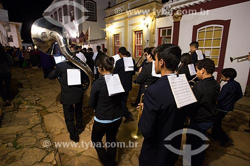 Banda marcial na procissão do encontro entre as imagens de Jesus Cristo e Nossa Senhora - durante a festividade de Bom Jesus dos Passos  - Tiradentes - Minas Gerais (MG) - Brasil