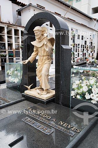 Lápide do ex-presidente Tancredo Neves no Cemitério de São João del Rei  - São João del Rei - Minas Gerais (MG) - Brasil