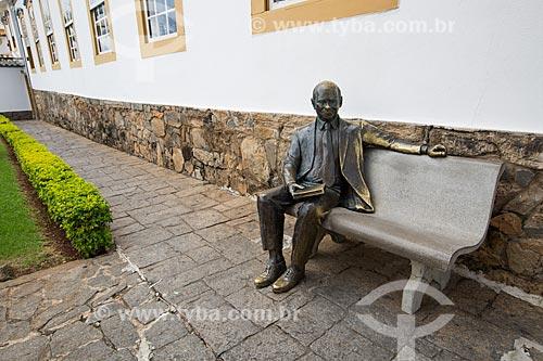 Estátua do ex-presidente Tancredo Neves em frente ao Memorial Tancredo Neves  - São João del Rei - Minas Gerais (MG) - Brasil