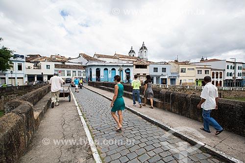 Pedestres na Ponte do Rosário (1800) sobre o Córrego do Lenheiro  - São João del Rei - Minas Gerais (MG) - Brasil