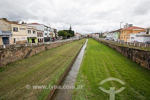 Vista geral do Córrego do Lenheiro com escada usada pelas escravas para lavar roupas e se banhar - à esquerda  - São João del Rei - Minas Gerais (MG) - Brasil